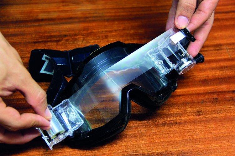 4.เอาแกนม้วนจากด้านซ้ายมาติดสติกเกอร์ปลายม้วนฟิล์ม