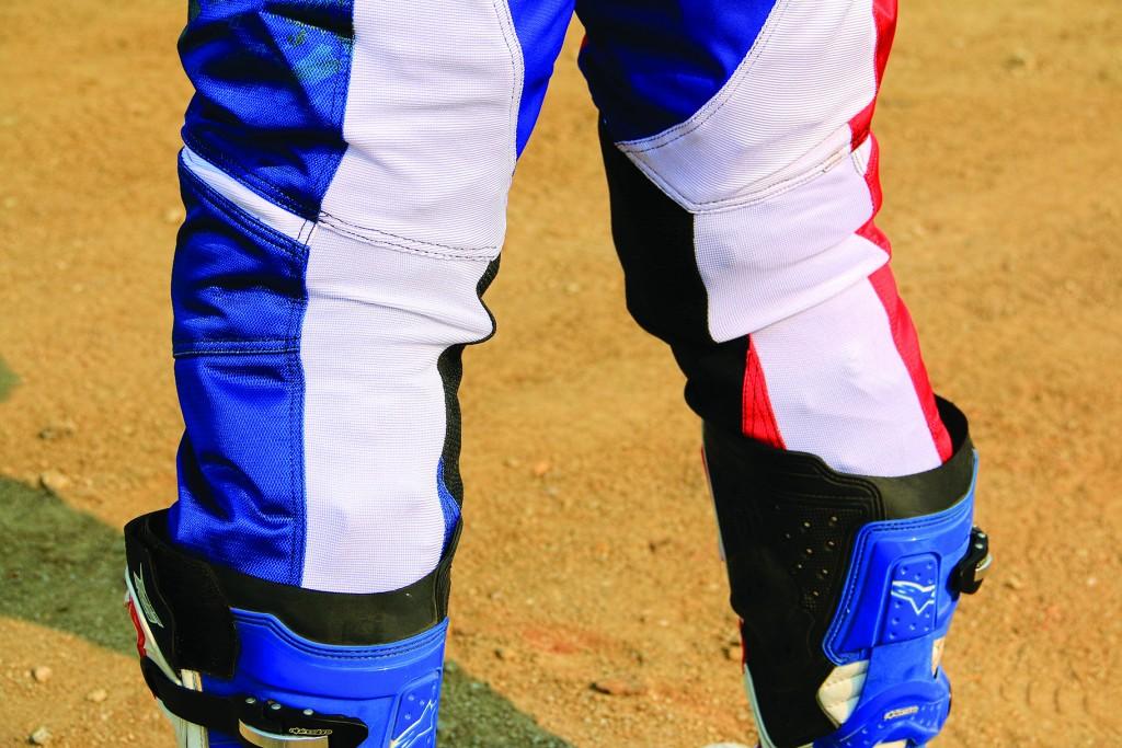 ผ้ายืดขยายขาด้านหลังตั้งแต่ข้อพับลงมาให้ใส่ได้ง่าย