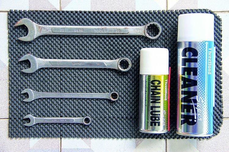 1.เตรียมเครื่องมือที่ใช้ให้พร้อม กับสเปรย์จาระบีและสเปรย์ทำความสะอาดโซ่