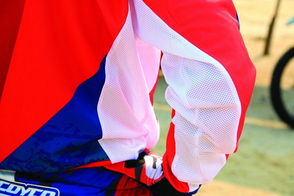 ใต้แขนและลำตัวใช้ผ้ารูช่วยระบายอากาศ