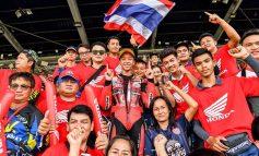 """เพลงชาติไทยกระหึ่ม! """"ธัชกร"""" นักบิดดาวรุ่ง """"เอ.พี.ฮอนด้า"""" โชว์ฟอร์มสุดเจ๋ง! ผงาดคว้าแชมป์เอเชีย สุดมันส์! ร่วมร้องเพลงชาติไทยฉลองกับแฟนๆ ในบ้านเกิดอย่างยิ่งใหญ่ ที่บุรีรัมย์"""